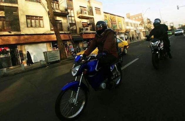پیروز حناچی شهردار تهران سوار بر متوتور الکتریکی ساخت شرکت نماموتور